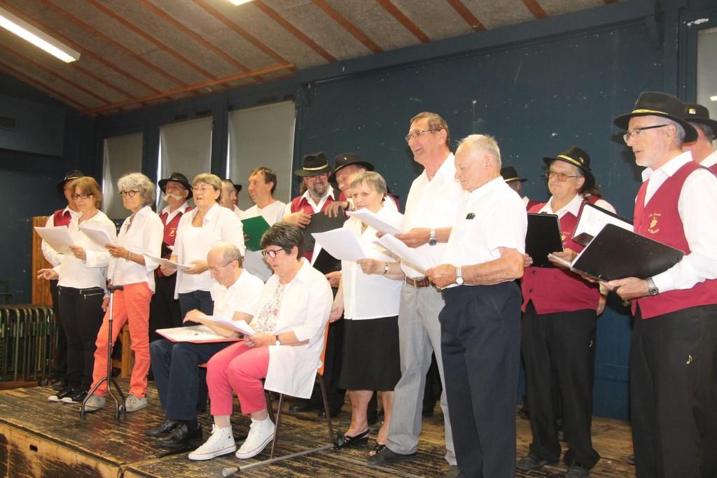 La Chorale du Roseau qui interprète en choeur la Montagne avec Les Cadets de Bacchus